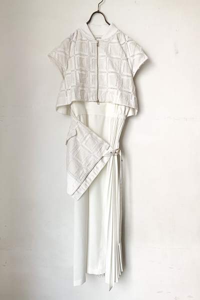 LACE JACKET PANEL ASYMMETRIC PLEATED DRESS [WHITE]